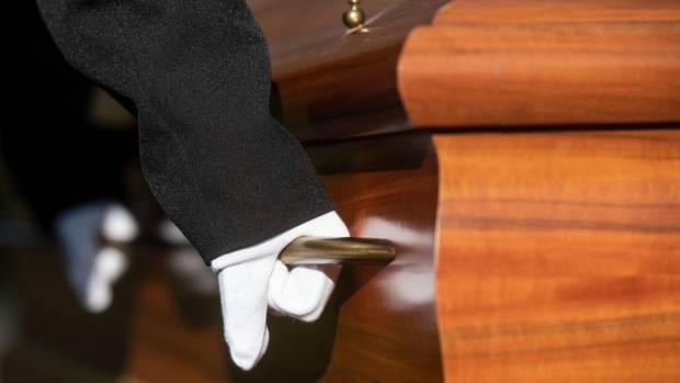 Sargträger bei einer Beerdigung - Verwechslung von Patientinnen in Kroatien