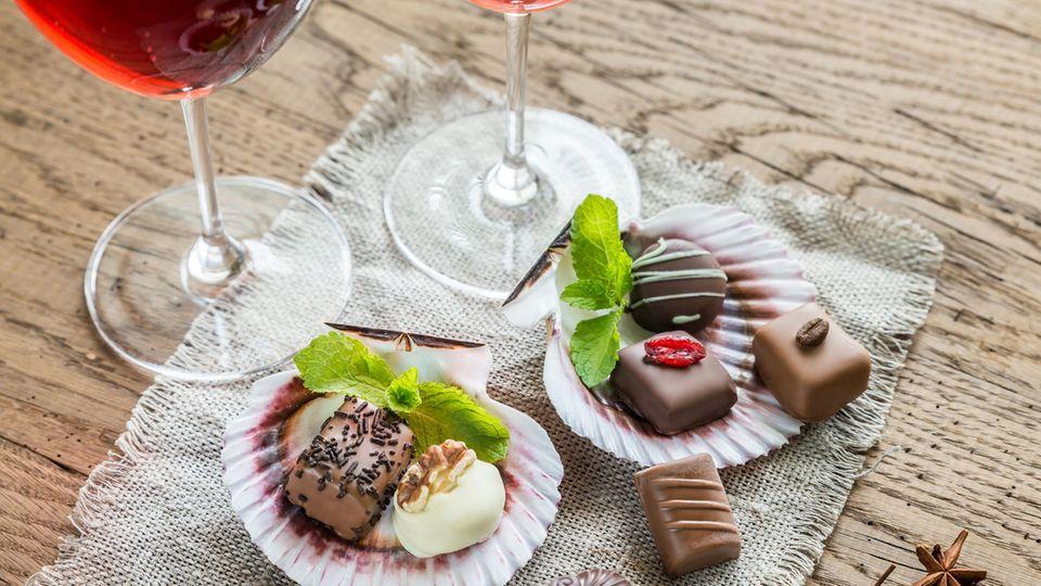 Gesund ernähren: Sind Schokolade und Alkohol immer ungesund? 15 Ernährungsmythen im Check