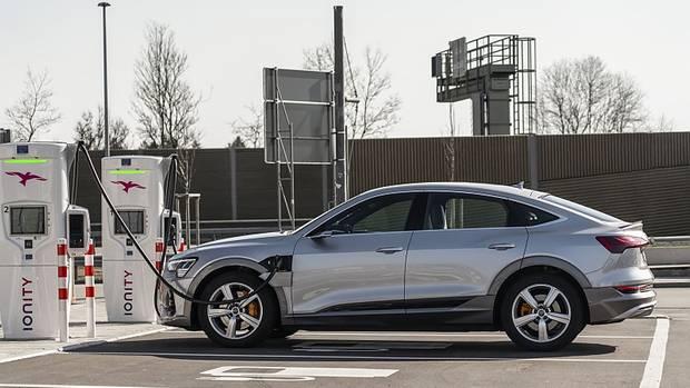 Die 95 kWh Batterie des Audi e-tron Sportback 55 Quattro ist an einer 150 kW-Ladesäule innerhalb von rund 30 Minuten zu 80 Proze