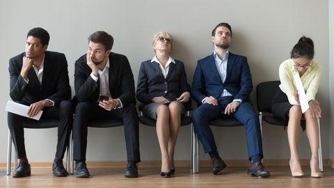 Vom ihrem Job frustrierte Menschen auf einer Sitzbank.