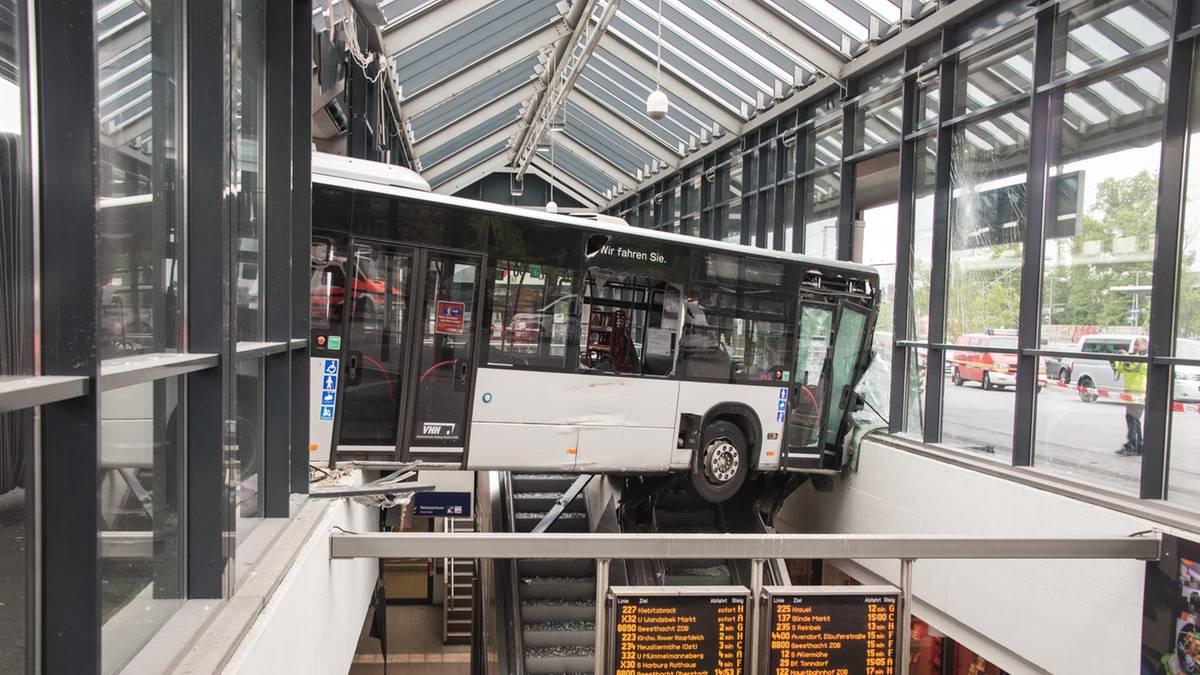 Nachrichten aus Deutschland: Kontrolle verloren: Gelenkbus rast in Bahnhof, Feuerwehr mit Großaufgebot vor Ort