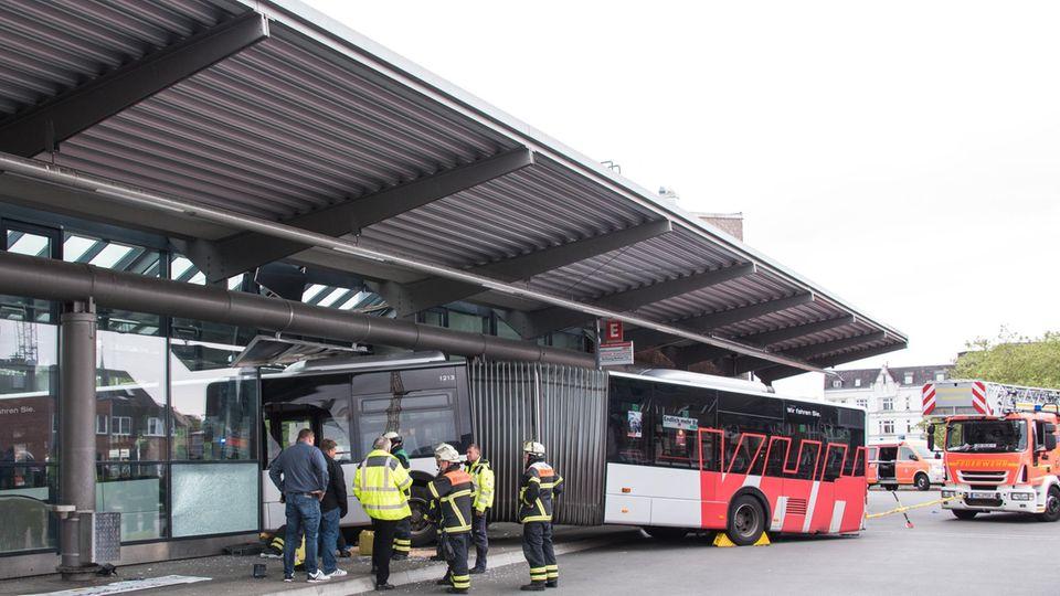 Einsatzkräfte der Feuerwehr sichern einen Gelenkbus