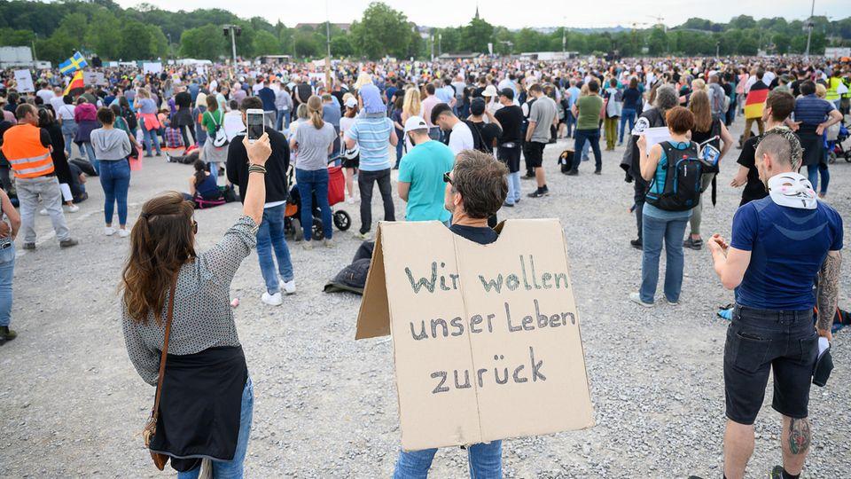 """Stuttgart am 9. Mai: Protestkundgebung der Initiative """"Querdenken 711"""""""