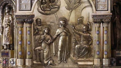 Nordrhein-Westfalen, Aachen: Die Darstellung der Heiligen Corona (M.) auf dem Schrein im Dommuseum in Aachen