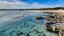 Spanien, Palma De Mallorca: Blick auf den leeren Strand von Ses Covetes
