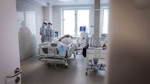 Russland, Moskau: Ärzte betreuen einen Patienten auf einer Intensivstation für COVID-19-Patienten.