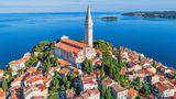 Kroatien  Das stark vom Tourismus abhängige Land an der Adria mit seiner langen, buchtenreichen Küste und den vielen Inseln dringt energisch auf eine Öffnung der europäischen Grenzen. Seit dem 9. Mai gelten gelockerte Einreisebestimmungen. Demnach dürfen Ausländer mit drei Begründungen die Grenze ohne Corona-Test und ohne Quarantäne-Auflagen passieren: wenn sie eine Immobilie oder ein Boot in Kroatien besitzen, wenn sie zu einem Begräbnis reisen oder wenn sie über die Einladung eines Unternehmens verfügen und an ihrer Einreise ein wirtschaftliches Interesse besteht.      Eine informelle Weisung des Innenministeriums hält fest, dass die letzte Bestimmung auch auf Urlauber anzuwenden ist, die eine Unterkunft in Kroatien gebucht haben. Die Behörden arbeiten zudem an neuen Regeln, die zu große Menschenansammlungen an den Stränden verhindern sollen.