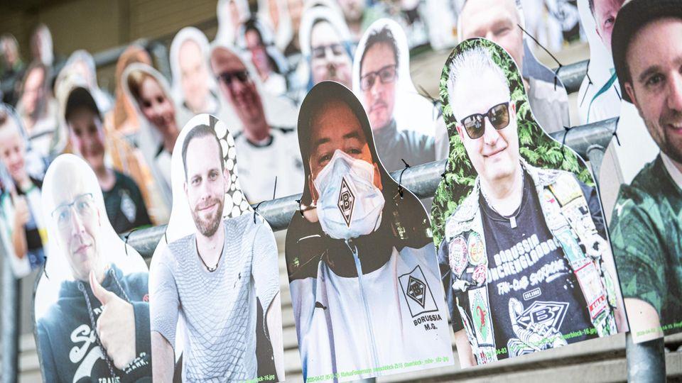 Pappaufsteller der Fans auf den Rängen im Nordpark in Mönchengladbach