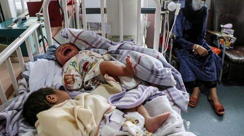 Weinende Neugeborene in einem Krankenhausbettchen