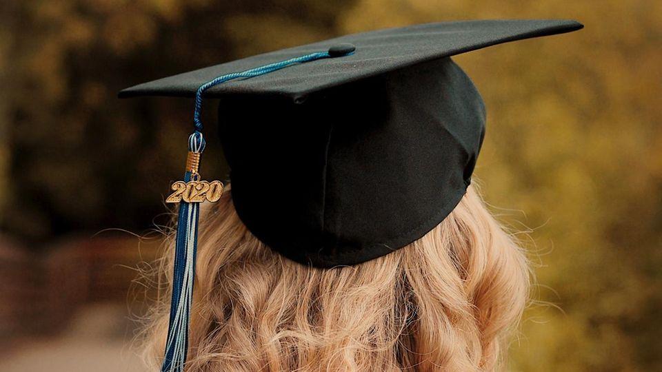 Junge Frau mit Absolventinnenhut