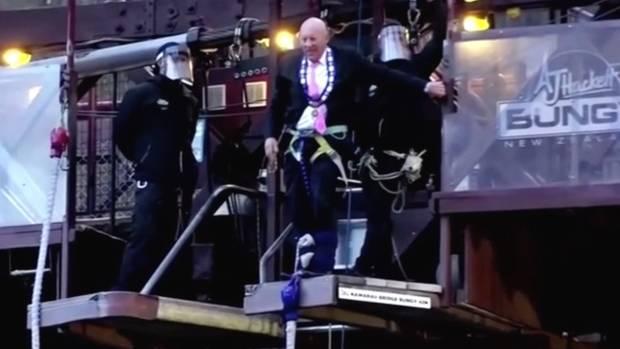 Neuseeland: Bürgermeister feiert Lockdown-Ende mit Bungeejump