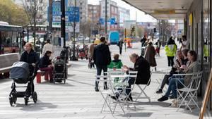 Schweden, Stockholm: Menschen sitzen im Stadtzentrum vor einem Eiscafe