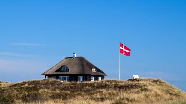 Dänemark  Als eines der ersten Länder Europas hatte Dänemark im Kampf gegen Corona am 14. März seine Grenzen dichtgemacht. Touristen und andere Ausländer ohne konkreten Einreisegrund kommen seitdem nicht mehr ins Land. Das warf nicht nur die Reisepläne deutscher Frühjahrsurlauber über denHaufen, sondern auch die Finanzen der dänischen Ferienhausbetreiber, deren Gäste großteils aus Deutschland stammen.      Wer aber eine Sommerreise nach Kopenhagen oder an die dänische Küste plant, für den besteht seit Donnerstagabend Hoffnung: Regierungschefin Mette Frederiksen hatte sich da in einer TV-Debatte offen für die Möglichkeit gezeigt, Touristen bald ins Land zu lassen, die etwa mit einem Mietvertrag für ein Ferienhaus oder mit einer Hotelreservierung den Grund ihrer Einreise nachweisen könnten. Dies müsse aber erst in politischen Gesprächen diskutiert werden, schränkte Frederiksen ein.