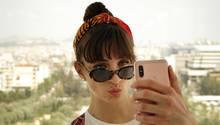 Junge Frau macht ein Selfie