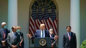 US-Präsident Donald Trump (M.) während einer Pressekonferenz