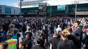 09.05.2020, Berlin: Menschen demonstrieren auf dem Alexanderplatz