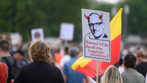 Impfpflicht gegen Corona: Menschen nehmen an einer Protestkundgebung teil
