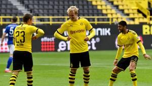 Dortmunds Stürmer Erling Haaland und TeamkollegeThorgan Hazard