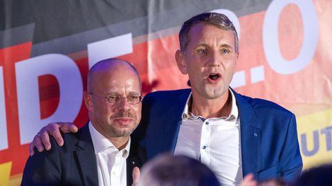 Björn Höcke (r.) und Andreas Kalbitz im Oktober 2019 bei einer Wahlparty der AfD
