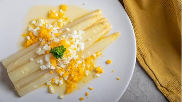 Spargel schmeckt bitter: Spargel mit gekochten Eiern und Butter auf einem Teller