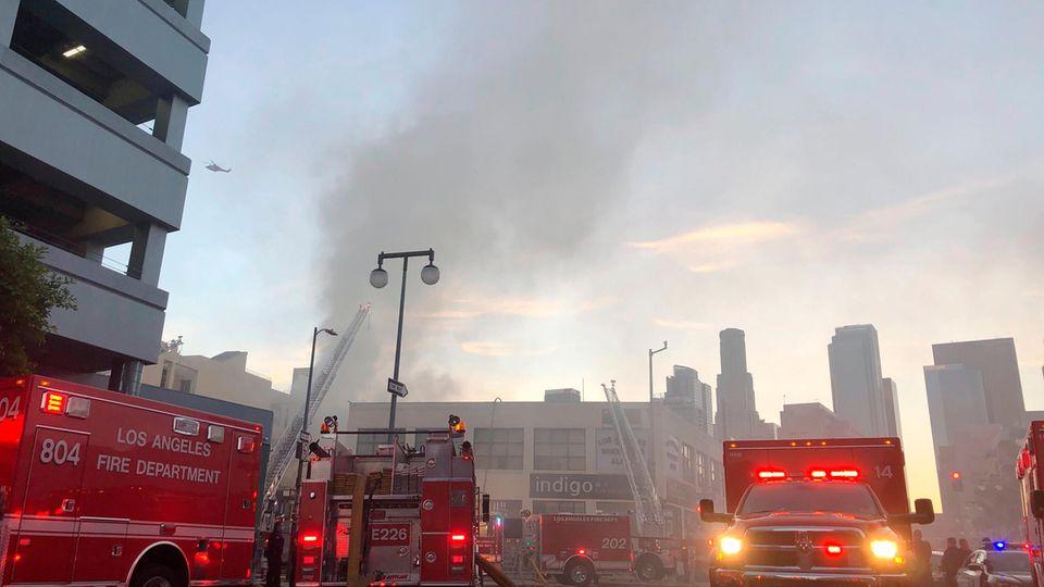 Feuerwehrleute sind bei einem Brand nach einer Explosion im Einsatz