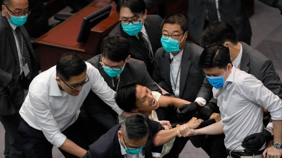 Hongkong Parlament Streit Prügelei
