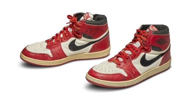 Ein Paar ausgelatschte Turnschuhe von Michael Jordan haben bei einer Auktion in New York einen Rekordpreis erzielt