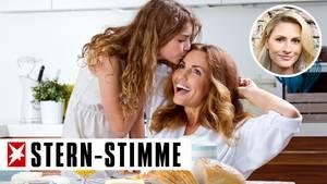 Teenagerin küsst Mutter auf die Wange