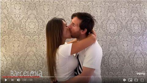 Lionel Messi und seine Frau Antonella küssen sich im Video des Rappers Residente