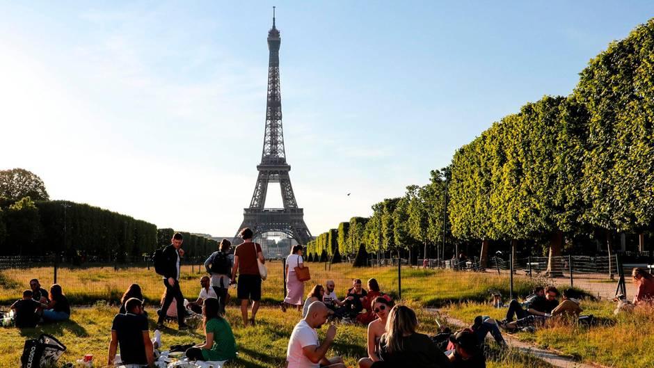 Am ersten Wochenende nach dem Inkrafttreten der Corona-Lockerungen in Frankreich genossen die Pariser die abendliche Sonneauf den Champs de Mars. Zwei Monate lang durften die Franzosenihre Wohnungen nicht ohne eine schriftliche Erlaubnis verlassen. Nun sind Spaziergänge oder Sport im Freien wieder erlaubt.