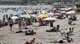 Im griechischen Varkiza stürmten die Menschen die öffentlichen Strände. Nach den neuen Vorschriften sindmaximal 40 Strandbesucher pro 1000 Quadratmeter Strand erlaubt. Doch an diese Regel wollen sich die Griechen offenbar nicht halten.