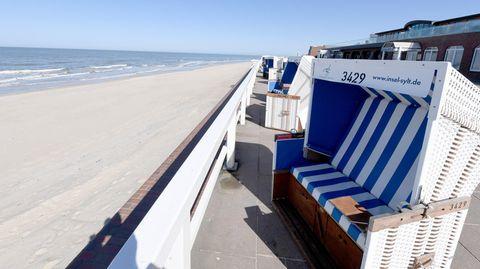 Schleswig-Holstein, Westerland: Strandkörbe stehen an der Promenade