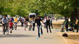 Londener genießen im Hyde Park die frische Luft:Uneingeschränkte körperliche Betätigungen im Freien sind wieder erlaubt - im Kreise von Menschen aus dem eigenen Haushalt. Bislang durften die Briten nur einmal am Tag das Haus zum Sport oder Spazierengehen verlassen.