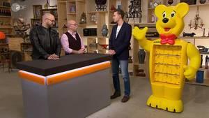 """""""Bares für Rares""""-Experte Sven Deutschmanek und Moderator Horst Lichter bestaunen den Riesenbär von Stefan Möller"""