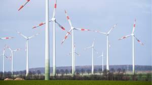 Niedersachsen, Salzgitter: Windräder stehen auf einem Feld