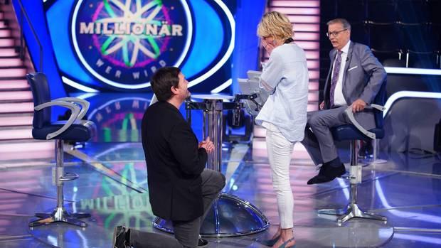 """Wer wird Millionär?""-Kandidat Thomas Berg macht seiner Lebensgefährtin Julia Kadic einen Heiratsantrag."