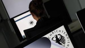 Eine Geheimdienst-Mitarbeiterin sitzt in der Zentrale des Bundesnachrichtendienstes (BND)