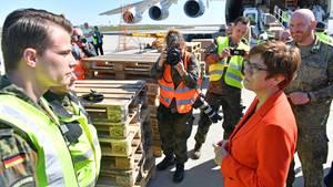 Annegret Kramp-Karrenbauerunterhält sichmit Soldaten, die einen Bundeswehrtransport mit Schutzmasken begleiten. Sie selbst verzichtete auf einen Mundschutz.