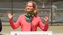 Nassau County Landrätin Laura Curran verkündet die neuen Corona-Maßnahmen beim Tennis.
