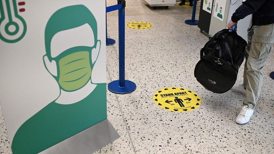 Zugang zur Sicherheitskontrolle nur mit Maske und Abstand