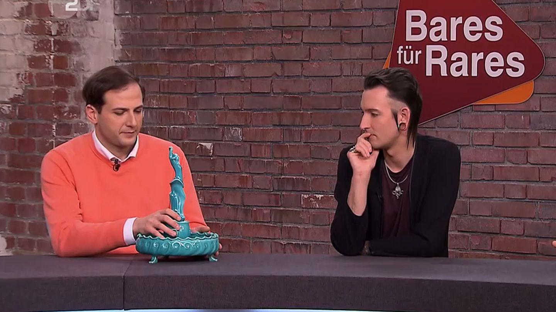 """""""Bares für Rares""""-Händler Julian Schmitz-Avila untersucht die zweiteilige Porzellanvase. Fabian Kahl schmiedet derweil Pläne, was er damit anfangen könnte."""