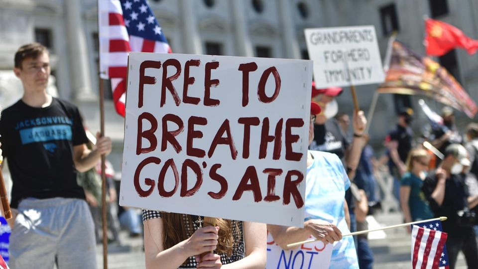 """Demo von Corona-Skeptikern mit einem Schild: """"Free to breathe God's air"""""""