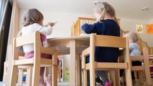 Die Kinder einer Kindergrippe sitzen im Rahmen der Notbetreuung während des Mittagessens an einem Tisch