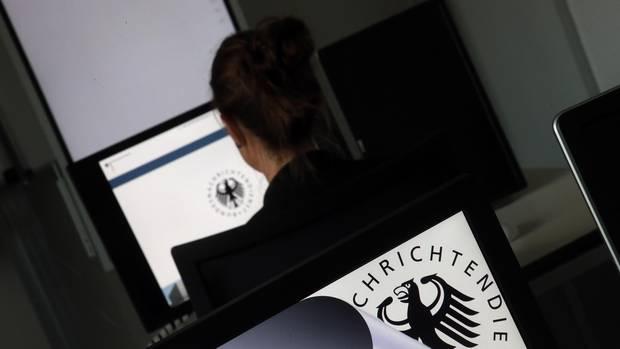 Eine Geheimdienst-Mitarbeiterin sitzt in der Zentrale des Bundesnachrichtendienstes (BND) in einem Schulungsraum