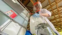 Brandenburg, Kirchmöser: Eine Chemielaborantin der Deutschen Bahn schüttet eine Flüssigkeit in einen Glaskolben