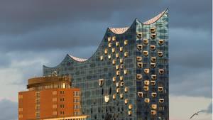 Die Elbphilharmoniein Hamburg: Zeitgleich zur Plaza-Öffnung werden am kommenden Montag auch Teilbereiche der Gastronomie im Haus wiedereröffnet, das Hotel empfängt bereits am heutigen Mittwoch wieder Gäste.