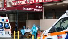 Ein Coronavirus-Patient wird ins Wyckoff Heights Medical Center in Brooklyn, New York gebracht