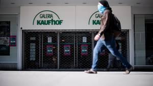 Ein Mann geht am Eingang der Filiale der Kaufhauskette Kaufhof vorbei