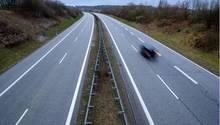 Nur ein einzelnes Auto ist auf der Ostsee-Autobahn A20 zu sehen