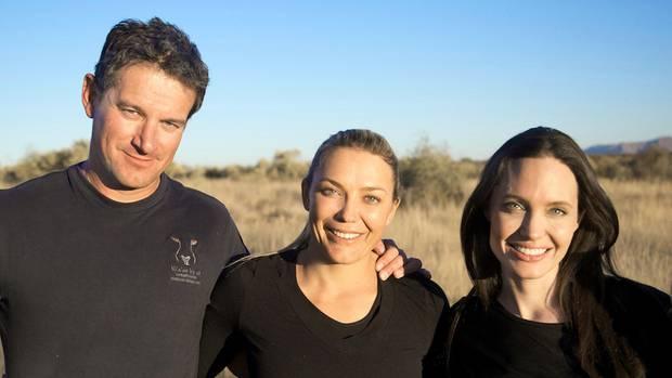 Der Naturschützer Rudie van Vuuren (l), seine Frau Marlice van Vuuren (M) und US-Schauspielerin Angelina Jolie